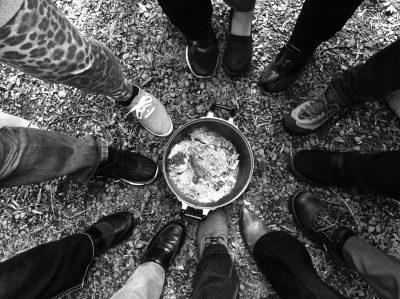 image de pieds disposés en cercle autour d'une casserole