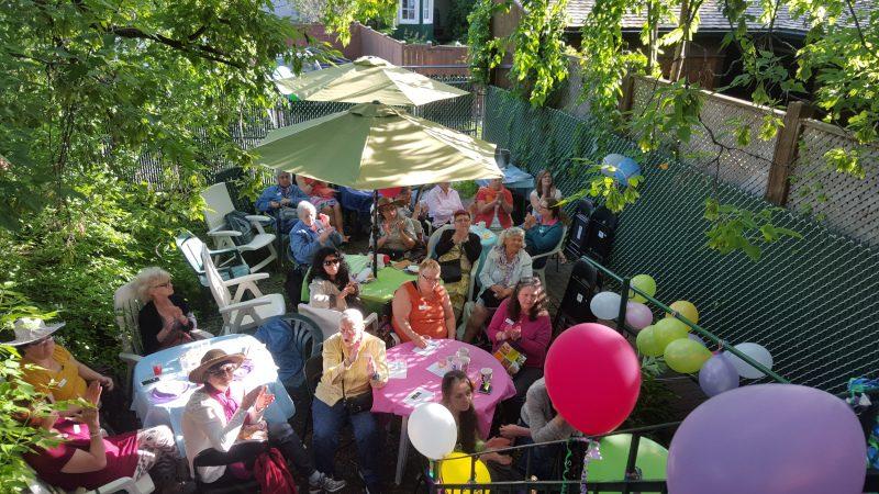 groupe de femmes dans la cour de l'Écho avec des ballons