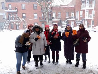 actions collectives - des femmes distribuent des tracts au métro