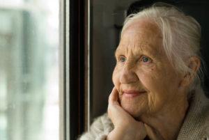 Femme âgée à la fenêtre